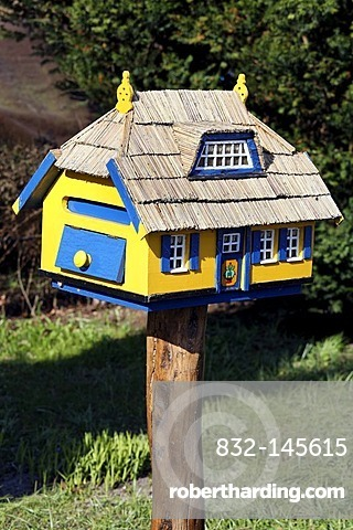 Unique letter box in the shape of a thatched house, holiday resort of Born am Darss, Fischland-Darss-Zingst peninsula, Mecklenburg-Western Pomerania, Germany, Europe