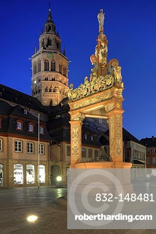 Fountain at the square in front of the cathedral at dusk, Mainz, Rhineland-Palatinate, Germany, Europe