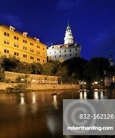 Cesky Krumlov Castle above the Vltava River in the evening, Cesky Krumlov, Czech Republic, Europe