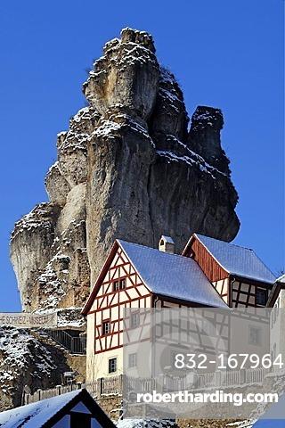 Fraenkische-Schweiz-Museum regional museum in the Judenhof, 18th century, in front of a snowy cliff and blue skies, Tuechersfeld 30-39, cliff village Tuechersfeld, Upper Franconia, Bavaria, Germany, Europe