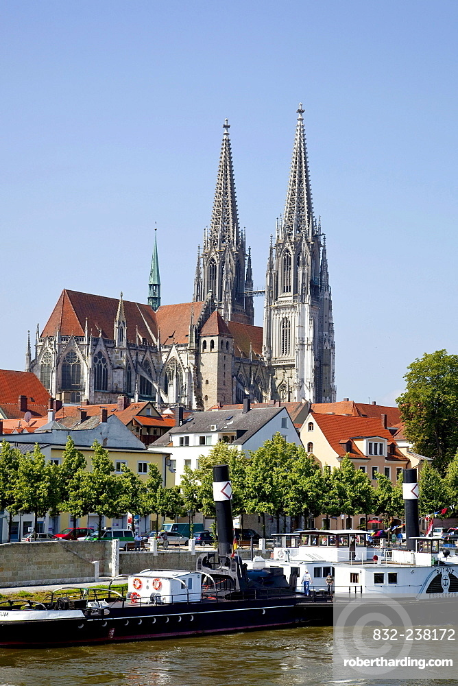 Regensburger Dom Cathedral of Saint Peter with the Schifffahrtsmuseum maritime museum on the Danube river in Regensburg, Bavaria, Germany, Europe