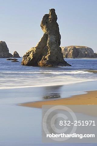 Haystack Rock and shoreline along the Oregon Coast, Pacific Ocean, Oregon, USA