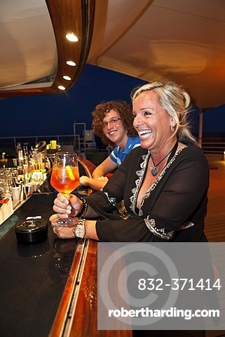 Aida Club Cruiser, tourists having a drink at the bar, Majorca, Spain, Europe - Attention: Restricted right of use! Please ALWAYS contact the press office before publishing this picture: AIDA Cruises, Am Strande 3d, 18055 Rostock, Germany, +49 (0) 381 / 4