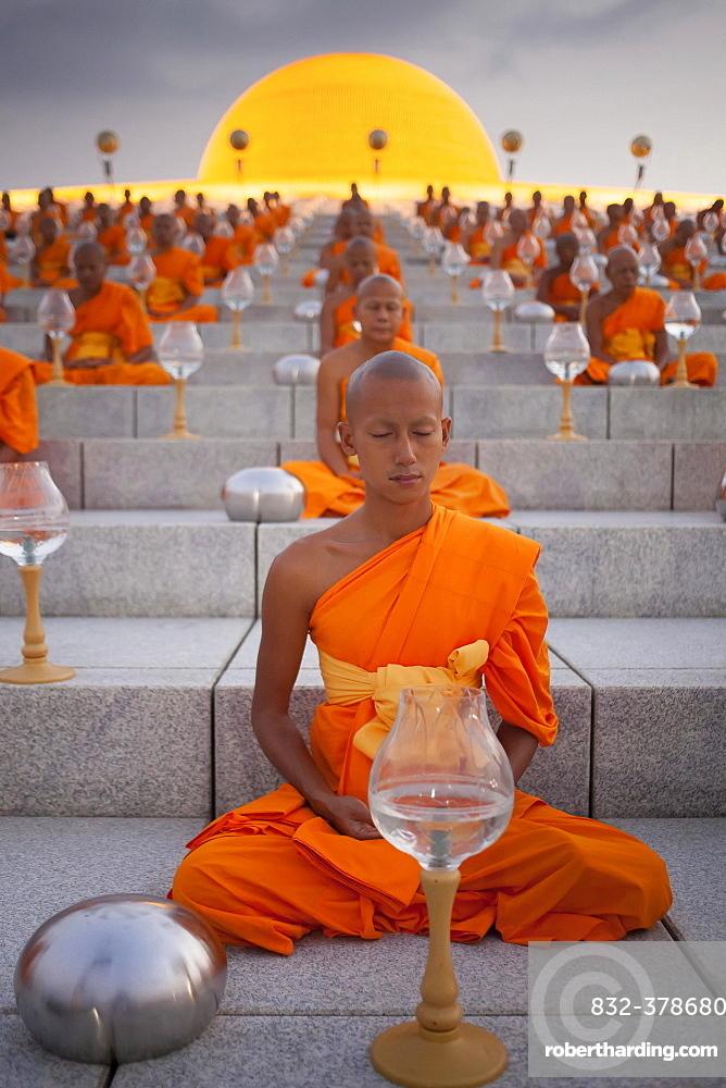 Wat Phra Dhammakaya temple on Makha Bucha Day or Magha Puja Day, Theravada Buddhists, monks sitting around the Chedi Mahadhammakaya Cetiya, Khlong Luang District, Pathum Thani, Bangkok, Thailand, Asia *** IMPORTANT: Wat Phra Dhammakaya temple on Makha Bucha Day or Magha Puja Day, Theravada Buddhists, monks sitting around the Chedi Mahadhammakaya Cetiya, Khlong Luang District, Pathum Thani, Bangkok, Thailand ***