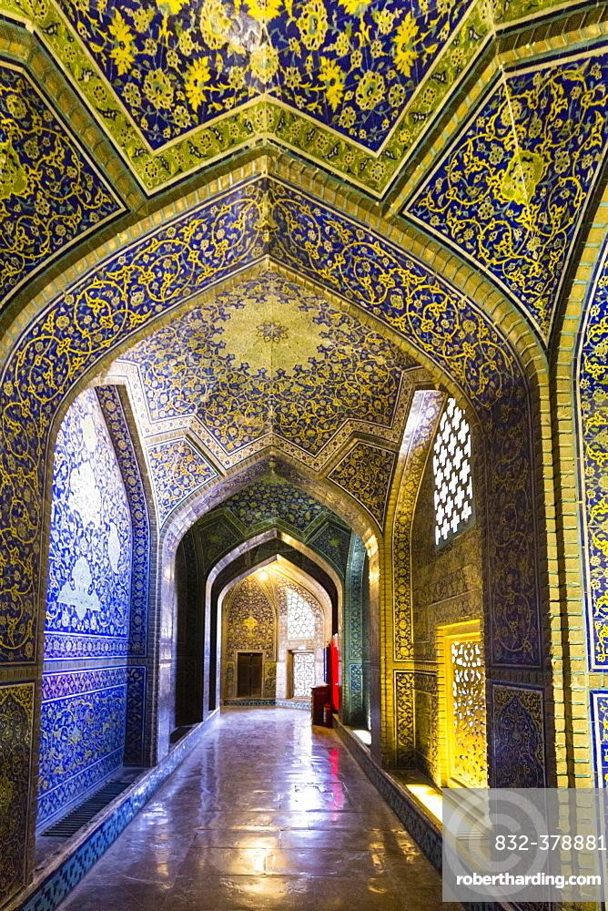 Inside Masjed-e Sheikh Lotfollah or Sheikh Lotfollah Mosque, Naqsh-e Jahan or Imam Square, Esfahan, Iran, Asia