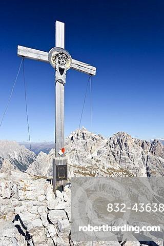 Summit cross on Paternkofel Mountain, overlooking Dreischusterspitze Mountain, Sexten, High Puster Valley, Dolomites, Alto Adige, Italy, Europe