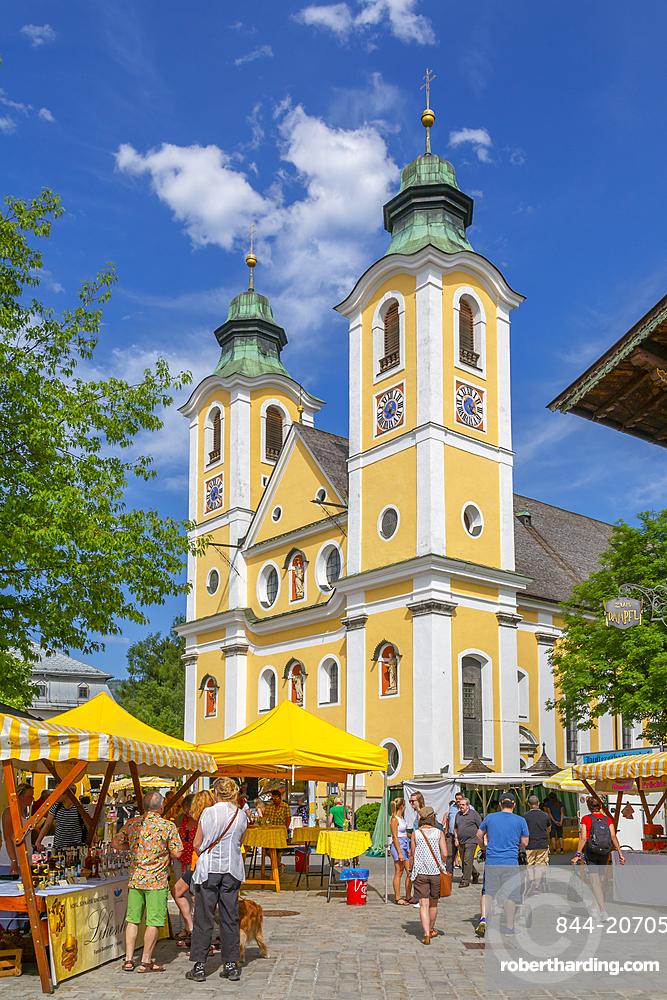 View of Church (Barocke Pfarrkirche) and market in St. Johann, Austrian Alps, Tyrol, Austria, Europe