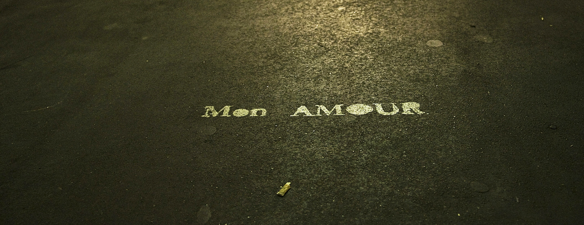 "832-103746 ( Azucena Viloria ) - Graffiti on the ground, ""Mon amour"" as a declaration of love in Paris, France, Europe"